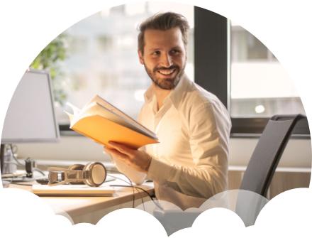 empresário feliz lendo livro