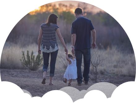 mãe e pai ensinando filha andar